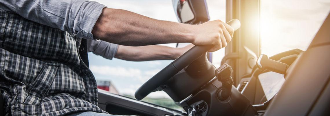 Chauffeur routier utilisant la plateforme d'optimisation des transports à vide